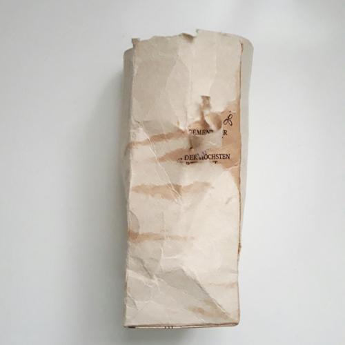 bei einem Tetrapack wurde der Ausgussteil entfernt. zu sehen ist dieser Tetrapack sehr zerknüllt und die erste bedruckte Schicht wurde entfernt