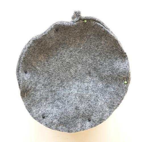 Boden an Seitenteile feststecken, damit ein Korb entsteht