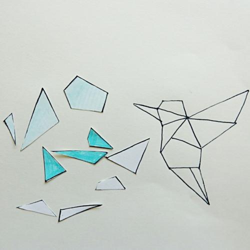 geometrischer Kolibri aus Modelliermasse, die Vorlage wird in die Einzelteile geschnitten