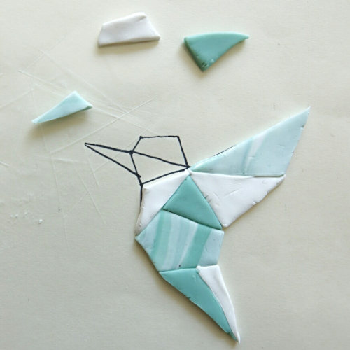 geometrischer Kolibri aus Fimo, die einzelnen Teile aus Modelliermasse werden zusammengebaut