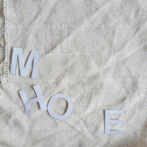 Die Buchstaben werden auf den Stoff gemalt um eine Vorlage für das PunchNeedle Bild zu haben
