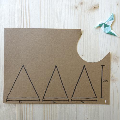 Geometrischer Wandblumentopf, die Dreiecke werden auf Karton aufgemalt