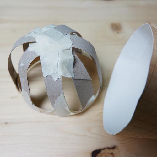 Schultüte-Eistüte, fertige Eiskugel, eine Kuppel aus Kartonstreifen