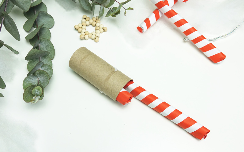 Adventskalender basteln, Zuckerstangen aus Papier selbermachen