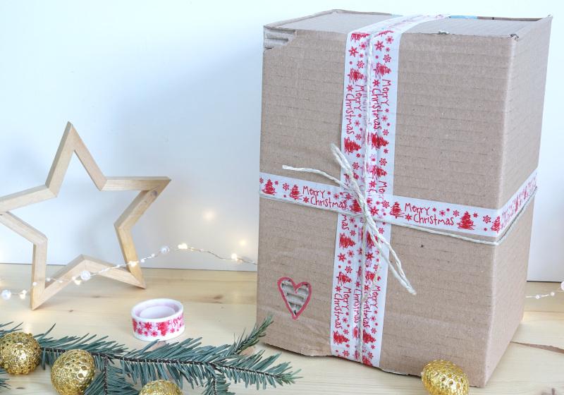 Geschenke nachhaltig verpacken, Weihnachten, umgedrehter Versandkarton