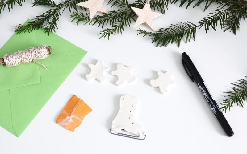 Weihnachtskarten basteln, abschleifen