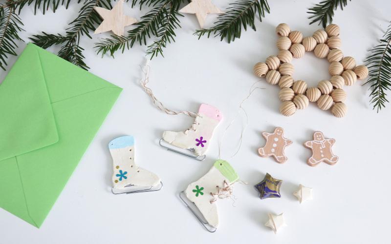 Weihnachtskarten basteln, mit Modelliermassen Anhängern