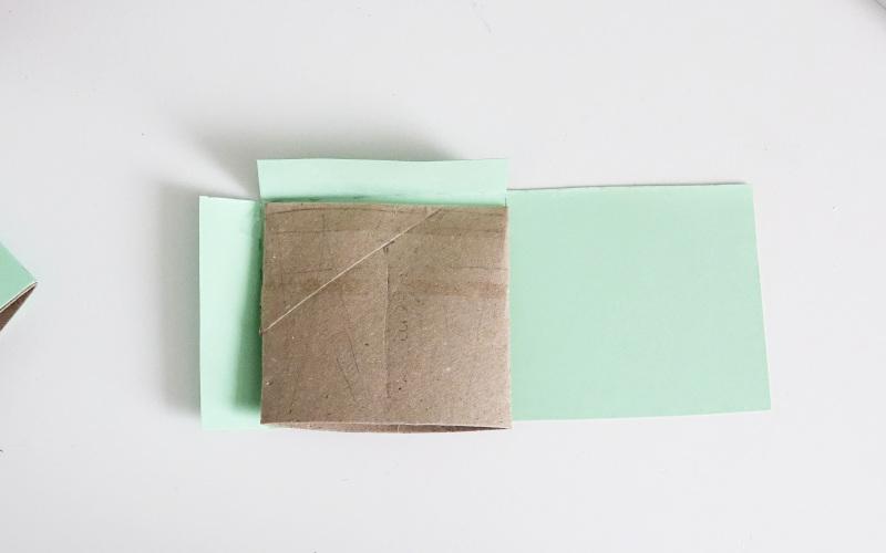 Basteln mit Klopapierrollen mit Buntpapier umkleben