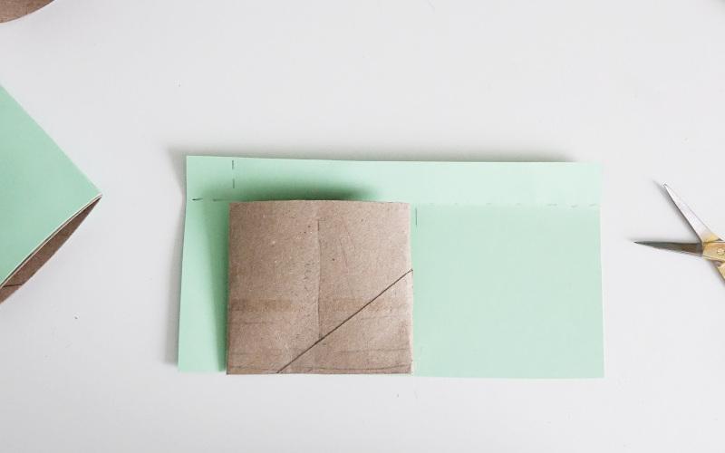 Basteln mit Klopapierrollen mit buntem papier umwickeln