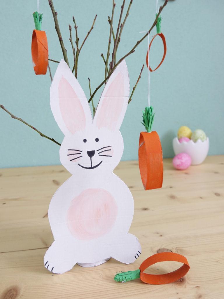 Osterdeko Upcycling: Hasenvase und Karottenanhänger
