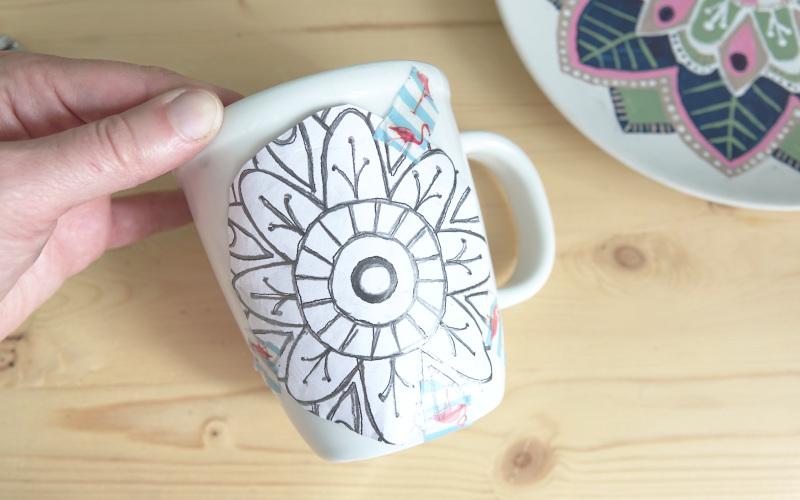 Tasse mit Blumen bemalen