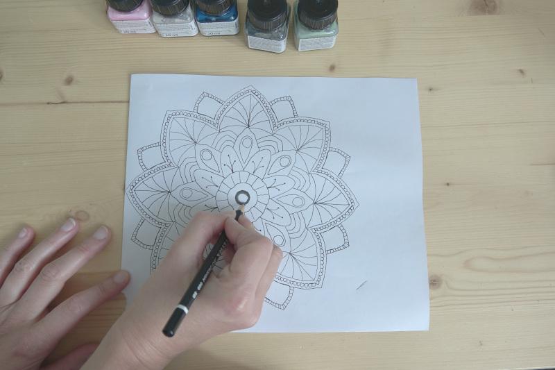 Mandala Vorlage nachzeichnen um Vorlage auf Porzellan zu übertragen Porzellan bemalen Ideen