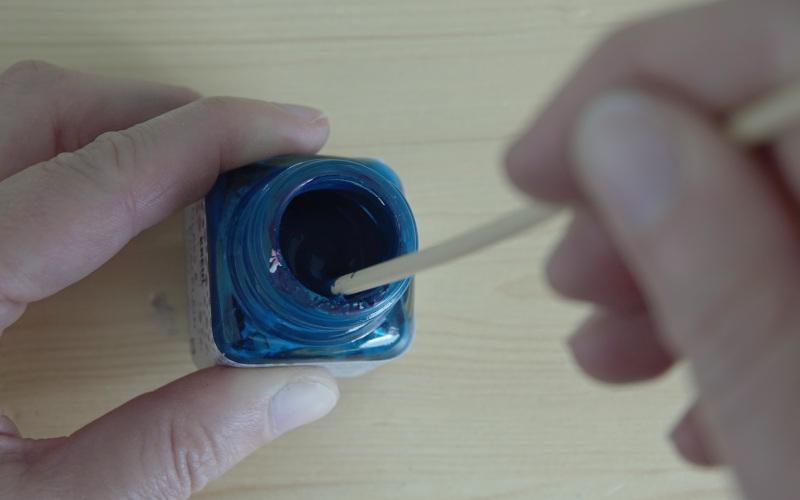 Farbe gut umrühren