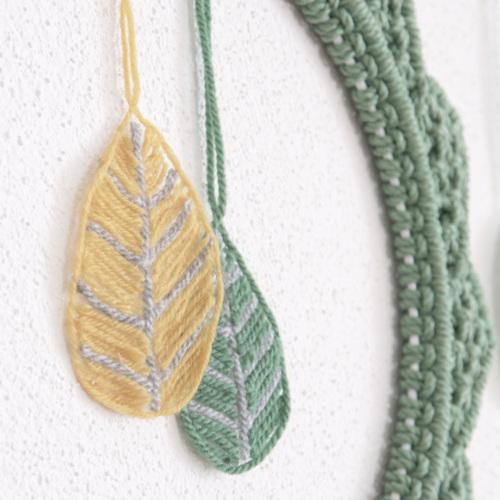 Herbstdeko basteln, Blätter aus Wollresten