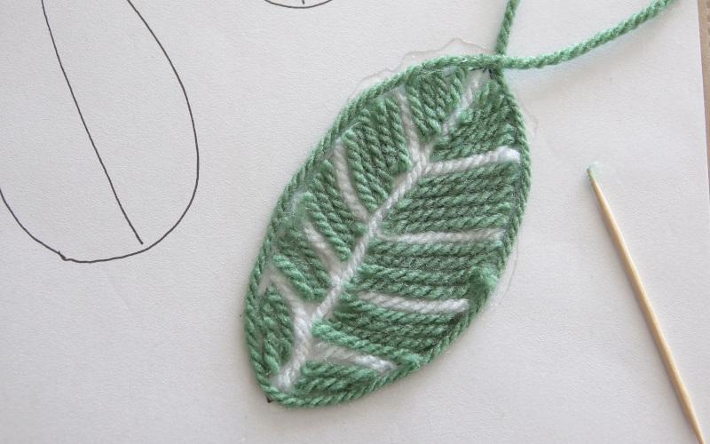 Herbstdeko basteln Umrandung aus Wolle kleben