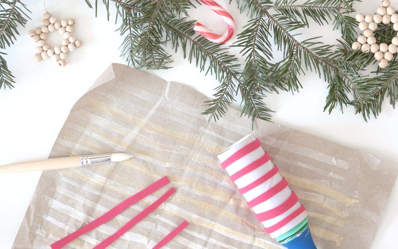 Packpapier mit Fusselrolle und Acrylfarbe verzieren