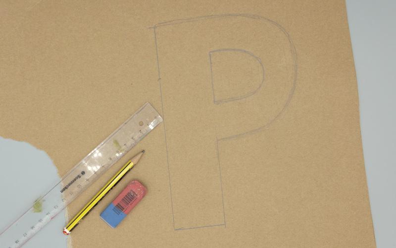 Buchstabe auf Versandkarton zeichnen