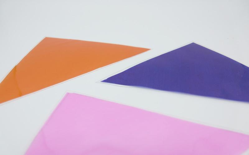 Wandschmuck aus Transparentpapier Dreiecke ausschneiden